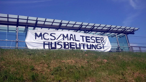 Transparent am 13.05.2016 an der Haltestelle der Straßenbahn in Duisburg-Huckingen, MalteserFoto: Peter Köster