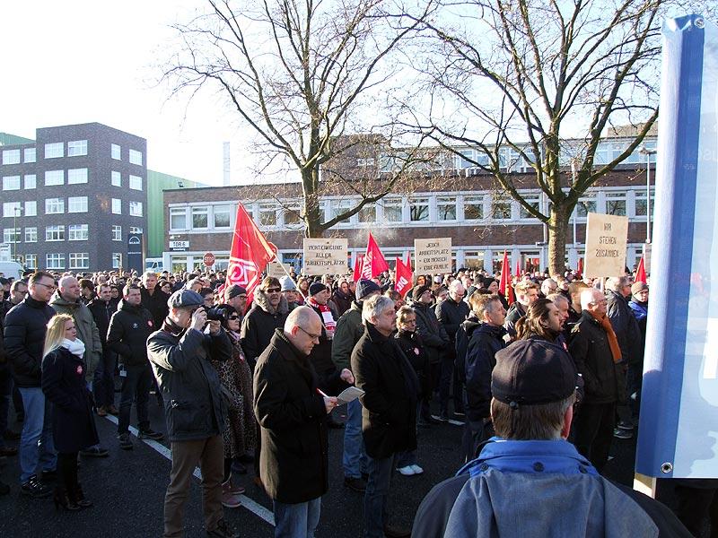 Protestkundgebung am 28.11.2016 bei MAN Diesel & Turbo in Oberhausen am Tor 6. Foto: AvantiO.