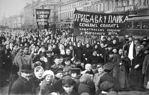 Demonstration von Arbeiterinnen und Arbeitern der Putilow-Werke am 8. März - 23. Februar - 1917.  Foto: Gemeinfrei.