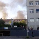 """Sinnfrei brennende Müllcontainer nach der gewaltsamen Auflösung der """"Welcome to Hell"""" Demo"""