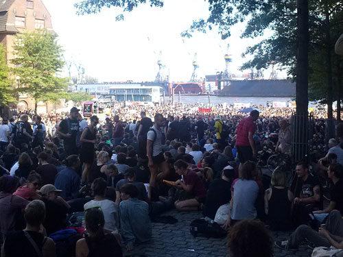 Die Welcome-to-Hell-Demo sammelt sich auf dem Fischmarkt . Foto: AvantiO.
