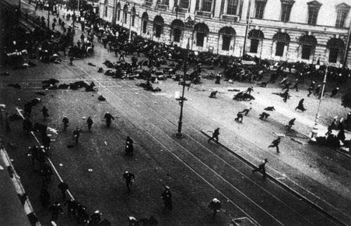 4. Juli 1917, Petrograd, Newski-Prospekt: Regierungstruppen schießen Demonstranten mit Maschinengewehren nieder. Foto: Wikipedia, gemeinfrei.