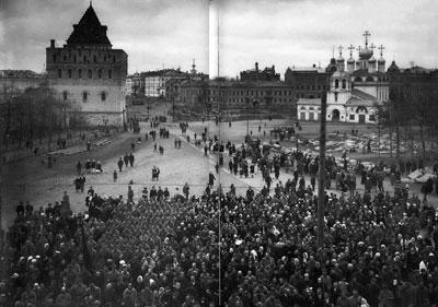 Kundgebung der Arbeiter- und Soldatenräte auf dem Verkündigungsplatz in Nischni Nowgorod. Oktober 1917. Foto: Wikipedia, Gemeinfrei.