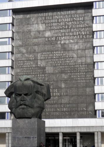 Sockel des Marx-Denkmals in Chemnitz. Foto: Avanti².