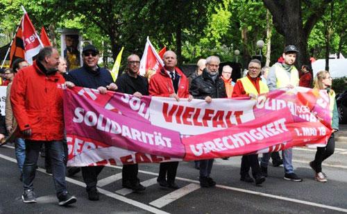 """Das Fronttransparent der diesjährigen Demonstration zum 1. Mai mit dem Motto des DGB für 2018: """"Solidarität, Vielfalt, Gerechtigkeit"""". Foto: Andrea-Cora Walther."""