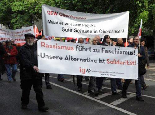 Ein Blick auf den Oberhausener Demonstrationszug. Neben Gewerkschaften haben sich auch Parteien und Initiativen beteiligt. Foto: Andrea-Cora Walther.