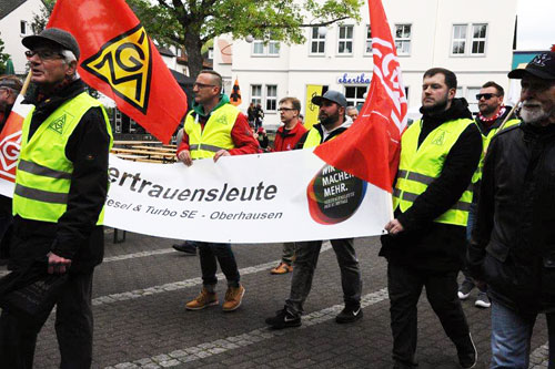 Vertrauensleute vom Sterkrader Werk MAN Diesel & Turbo SE treffen mit der Demo auf dem Ebertplatz ein. Foto: Andrea-Cora Walther.