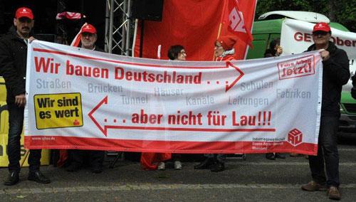 Kollegen der IG BAU auf dem Ebertplatz. Ob sich der NRW-Arbeitsminister persönlich angesprochen fühlt? Foto:Andrea-Cora Walther.