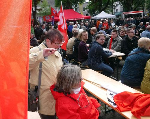 Das Fest auf dem Ebertplatz: Zusammensitzen und der Kälte trotzen ... Foto: Andrea-Cora Walther.