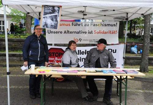 Die Oberhausener Initiative gegen Rechts war eine der gesellschaftlich engagierten Gruppen, die auf dem Ebertplatz mit einem Infostand präsent waren. Foto:Andrea-Cora Walther.