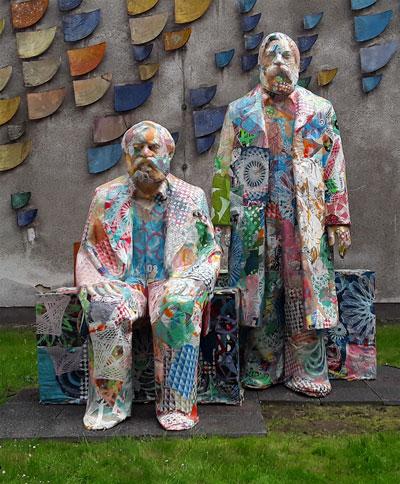 Karl Marx und Friedrich Engels aus Pappmaché beim Marx200-Kongress der Rosa-Luxemburg-Stiftung, Mai 2018, Berlin. Foto: AvantiO.