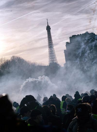 Eiffelturm hinter Tränengasnebel, 16. Februar 2019. Copyright Photothèque Rouge Martin Noda.
