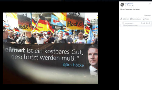 Sven Tomczak zusammen mit anderen Oberhausener Afdlern hinter einem eindeutigen Transparent. Screenshot Facebook Account Jörg Volkmer.