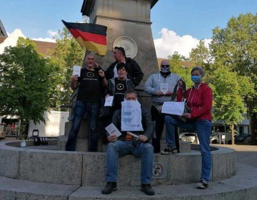 Propagandabild einiger AfDler aus Oberhausen mit eindeutigen Tshirts Anfang Mai auf dem Altmarkt in Oberhausen, alle Teilnehmenden sind bekannt. Screenshot Facebook Account Jörg Volkmer.