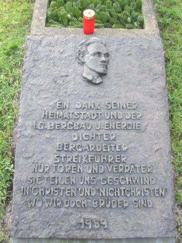 Heinrich Kämpchens Ehrengrab auf dem Friedhof Bochum-Linden. Foto: Maschinenjunge - Eigenes Werk, CC BY-SA 3.0, https://commons.wikimedia.org/w/index.php?curid=30473931.